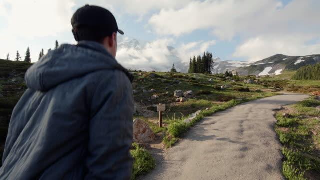 젊은 남자 하이킹 천국 가신 마운트 레이 니 어 - seattle 스톡 비디오 및 b-롤 화면
