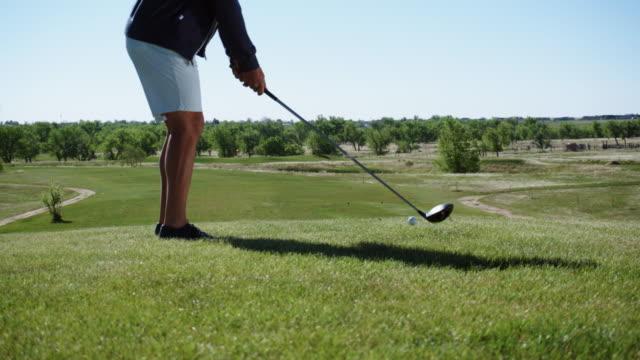 ein junger mann schlägt einen golfball - trefferversuch stock-videos und b-roll-filmmaterial