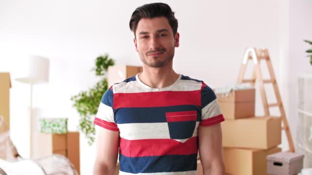 그의 새로운 집에 열쇠 고리를 들고 젊은 남자 - home 스톡 비디오 및 b-롤 화면