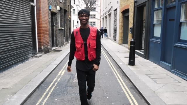 vidéos et rushes de jeune homme à londres marchant dans la rue de londres, royaume-uni - mode londres