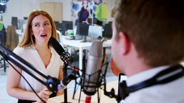 junger mann interviewen zu gast in einem studio für einen podcast - podcast stock-videos und b-roll-filmmaterial