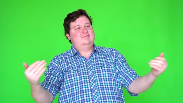junger mann einladen jemand auf green-screen - menschlicher kopf stock-videos und b-roll-filmmaterial