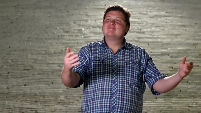 vidéos et rushes de jeune homme invitant quelqu'un à venir en plein air de soirée - tentation