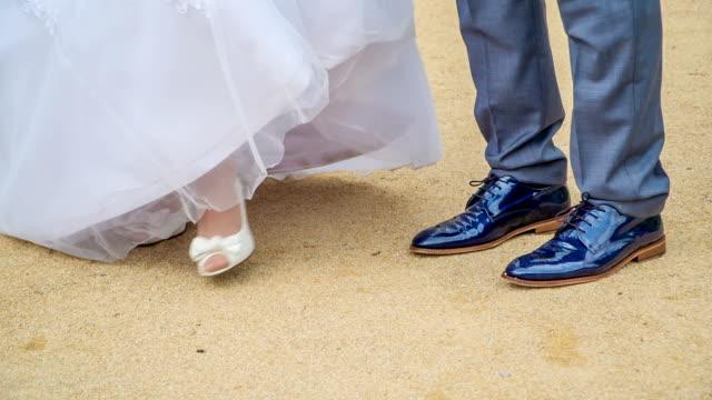 若い男が海辺で結婚している花嫁に同行している - 結婚式点の映像素材/bロール