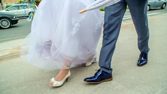 若い男は結婚している花嫁に同行しています - 結婚式点の映像素材/bロール
