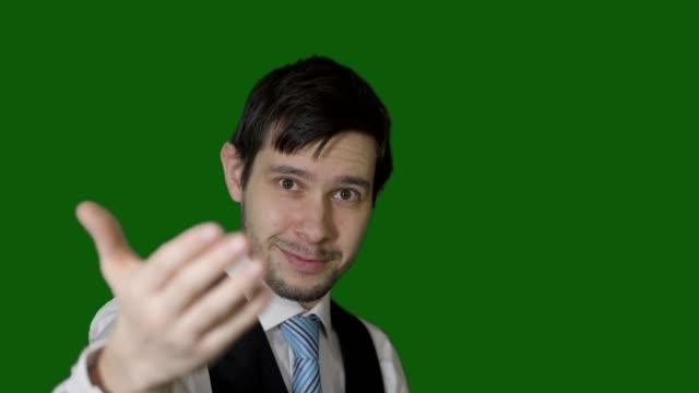 vidéos et rushes de jeune homme fait un geste invitant à venir ici et de le suivre. - tentation