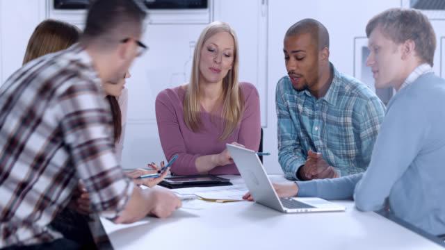 Junger Mann bei einem meeting mit Kollegen zu beginnen – Video