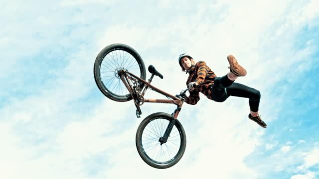 ms 青年ジャンプ、曇り空を背景の bmx の自転車を回転 - エクストリームスポーツ点の映像素材/bロール
