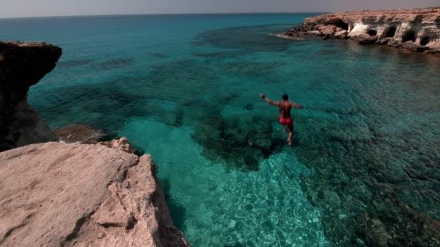 年輕人跳下懸崖, 潛入大海 - 懸崖 個影片檔及 b 捲影像