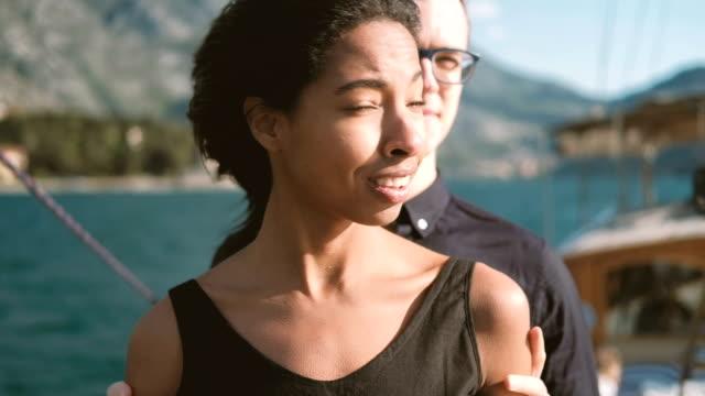 vídeos de stock, filmes e b-roll de jovem faz mulher de surpresa em pé no deck ao ar livre - camiseta preta