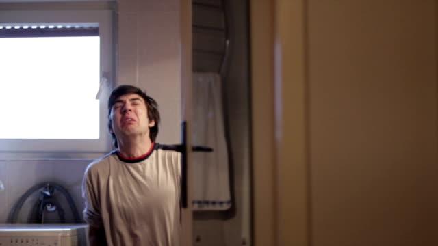 junger mann masturbating in der toilette - menschliches sexualverhalten stock-videos und b-roll-filmmaterial