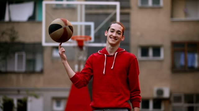 stockvideo's en b-roll-footage met jonge man op een basketbalveld - basketbal teamsport