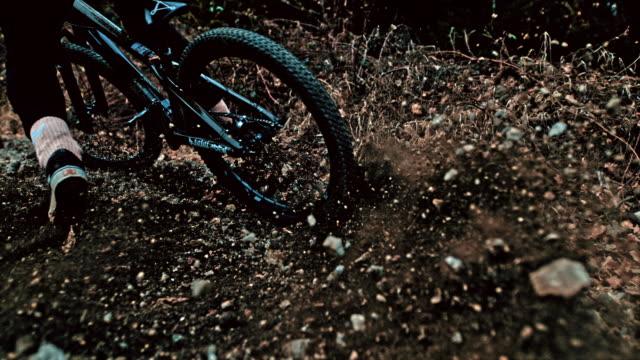 vídeos y material grabado en eventos de stock de hombre ms young en bicicleta levantando rocas - impacto