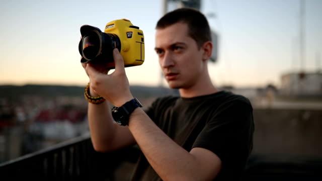 vídeos de stock, filmes e b-roll de jovem fotografando - trabalho de freelancer