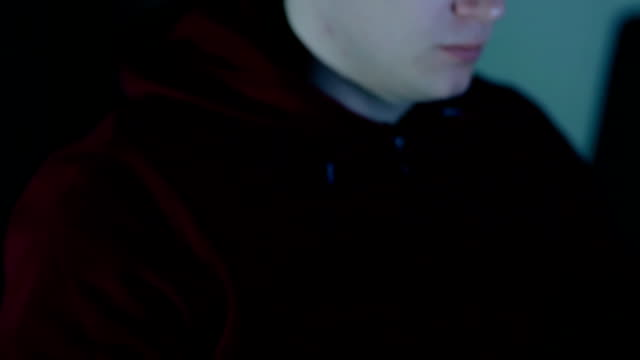 junger mann spiel mit maus. closeup - mouse pad stock-videos und b-roll-filmmaterial