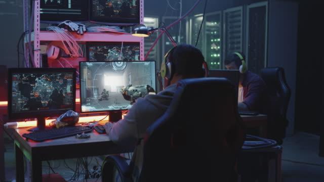 junger mann spielt fps-videospiel - computerspieler stock-videos und b-roll-filmmaterial
