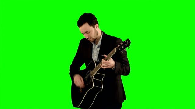 ung man spela gitarr på en grön skärm - akustisk gitarr bildbanksvideor och videomaterial från bakom kulisserna