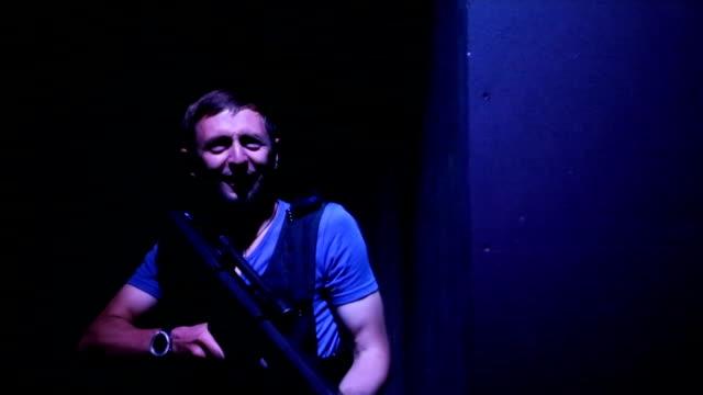 junger mann lasertag-spiel zu spielen, auf der suche nach rivalen im dunklen raum, unterhaltung - etikett stock-videos und b-roll-filmmaterial