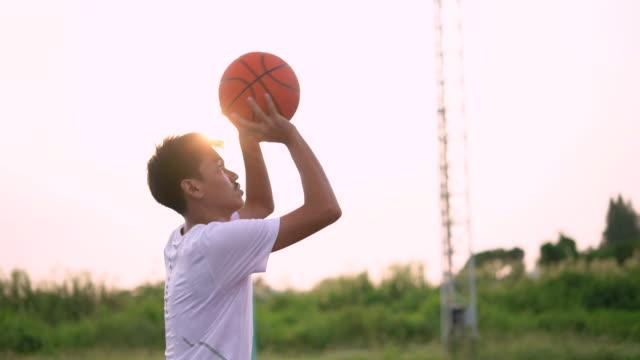 giovane che pratica il basket - arto umano video stock e b–roll