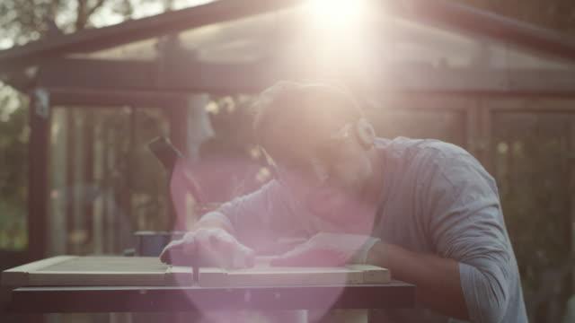 Jeune homme, rénovation de vieux meubles - Vidéo