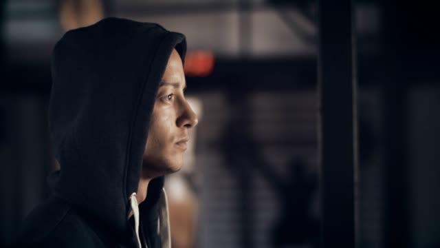 Hombre joven en gym - vídeo