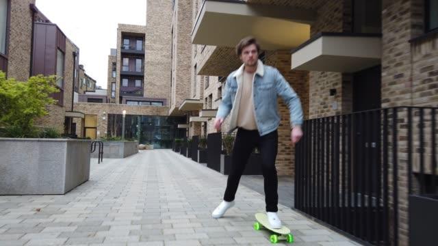 vidéos et rushes de jeune homme chevauchant un skateboard à londres - 30 34 ans