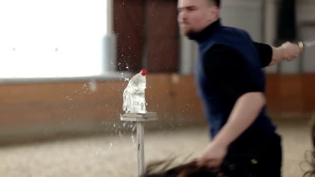 年輕人騎馬, 揮劍。一個哥薩克騎士穿過一個水壺。 - sword 個影片檔及 b 捲影像