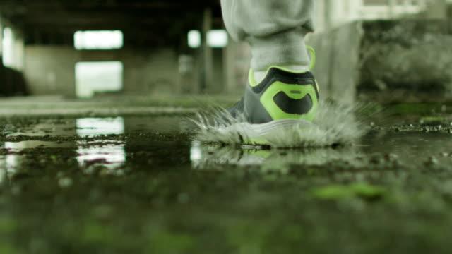 若い男性の水を走る - 田舎のライフスタイル点の映像素材/bロール