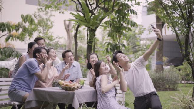 若い夫婦/カップル selfie スマート フォンのベッドの上で朝。 - 親族会点の映像素材/bロール