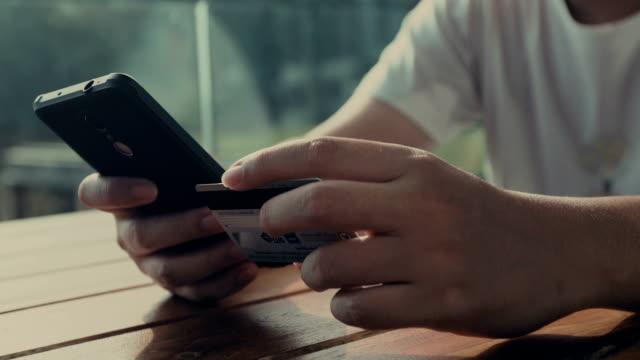 스마트 폰, 닫기 업 온라인 쇼핑 하는 젊은 남자 - 한 명의 중년 남자만 스톡 비디오 및 b-롤 화면