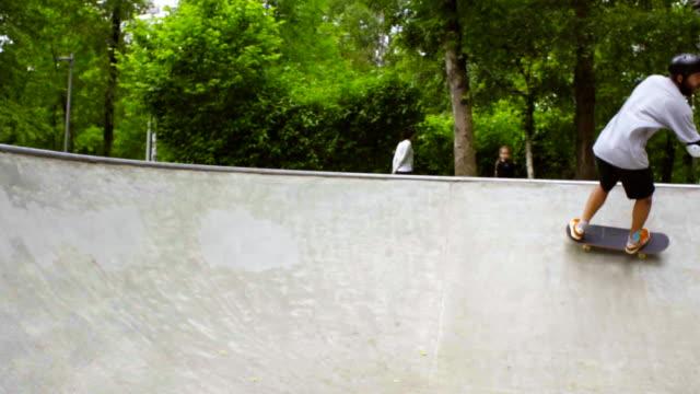 ung man skateboard på utomhus skatepark - skatepark bildbanksvideor och videomaterial från bakom kulisserna