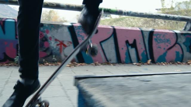 ms 若者都市スケートパークでスケート ボード - street graffiti点の映像素材/bロール