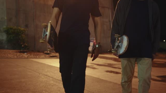 junger mann skating durch skatepark. - stuntman stock-videos und b-roll-filmmaterial