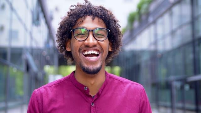 웃는 젊은 남자  - 환희 스톡 비디오 및 b-롤 화면