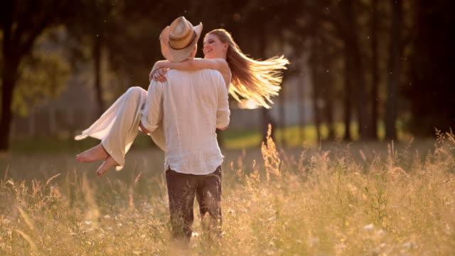斯洛伐克莫一位年輕人紡紗他在草地上的女人 - 浪漫 個影片檔及 b 捲影像