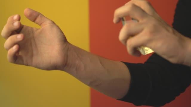 手首に香水を吹きかける若者 - 芳香点の映像素材/bロール