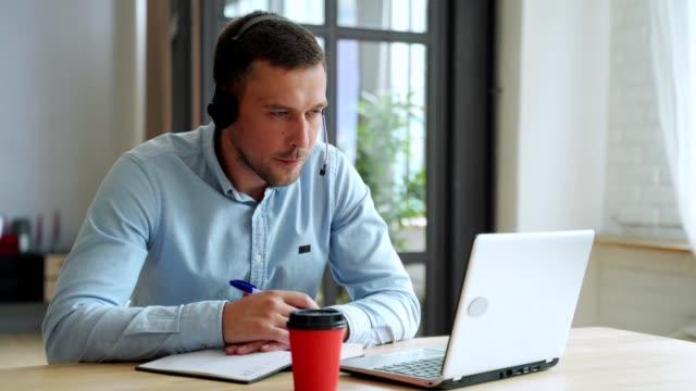 giovane studente studente studiare a casa usando laptop e imparare online - concentrazione video stock e b–roll