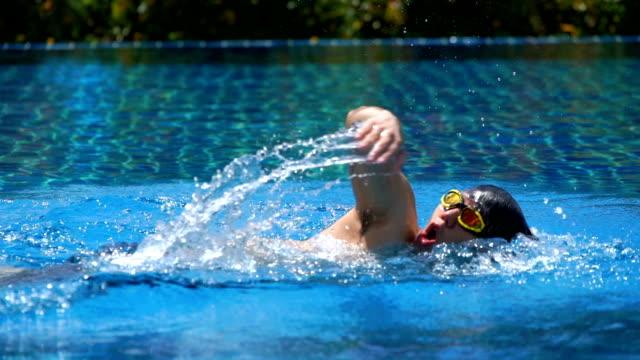 たいまつ - フロント クロールを泳ぐ若い男 - 水泳点の映像素材/bロール
