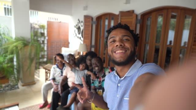 年輕人自拍他的家人 - 休閒活動 主題 個影片檔及 b 捲影像