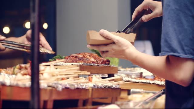 Junger Mann nehmen Hamburger ein Grill – Video