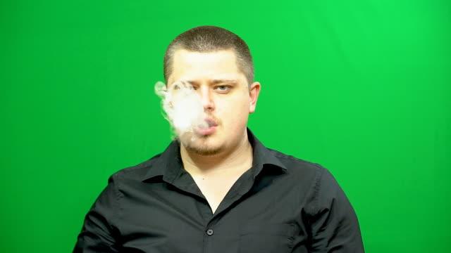 genç bir adam elektronik sigara kullanır. - nikotin stok videoları ve detay görüntü çekimi