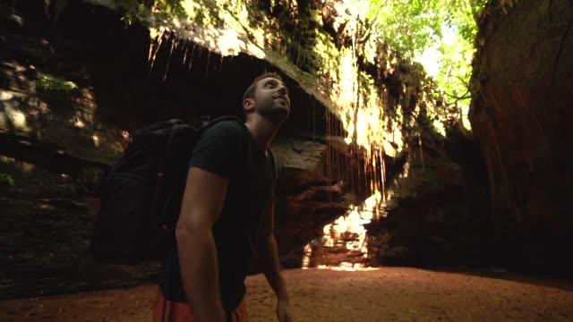 молодой человек ходьба и открытие каньон - бразилец парду стоковые видео и кадры b-roll