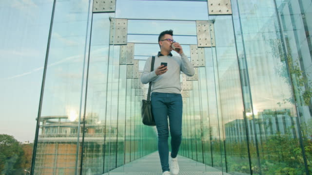 Ein junger Mann zu Fuß und mit einem Telefon – Video