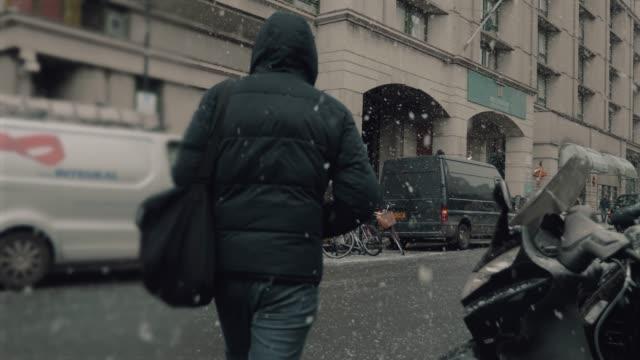 ung man promenerar på gatan i vinter - cold street bildbanksvideor och videomaterial från bakom kulisserna