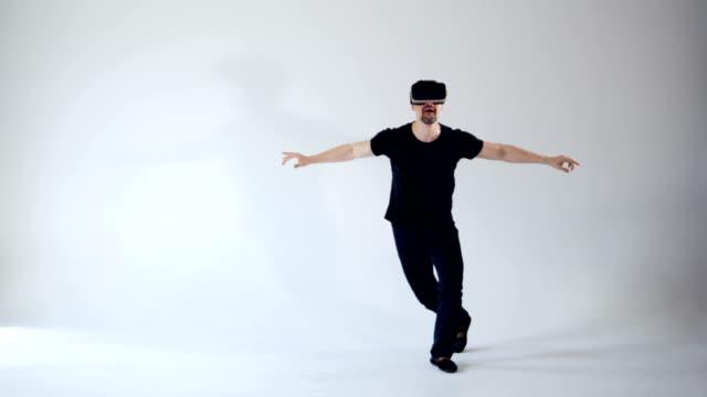 若者には仮想現実のヘッドセットを着て踊ったり。 - ゲーム ヘッドフォン点の映像素材/bロール
