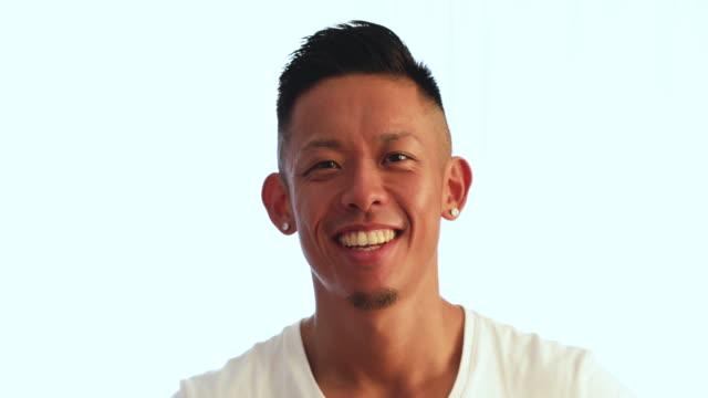 話している若い男。 - スタジオ 日本人点の映像素材/bロール