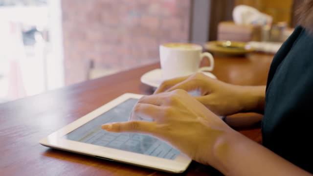 Jeune homme avec une belle main utiliser ipad - Vidéo