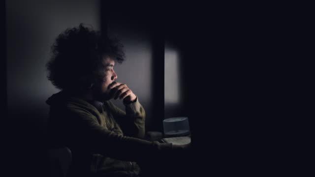 Jeune homme travaillant à la maison pendant la nuit - Vidéo