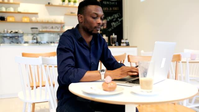 Joven trabajando en la cafetería - vídeo