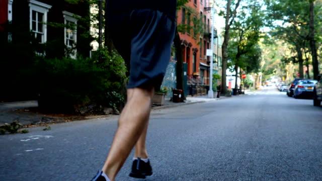 genç adam bir brooklyn zemine karşı çalışma dışarı - beden bilinçli stok videoları ve detay görüntü çekimi
